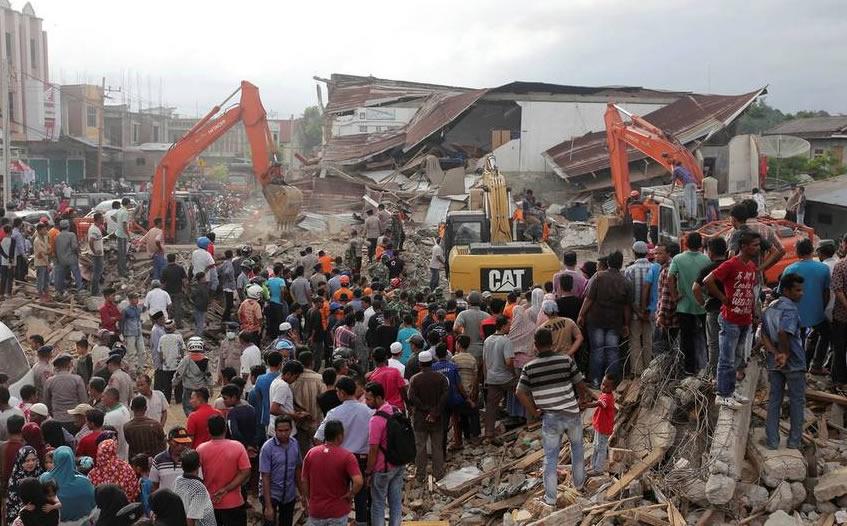 Terremoto en Indonesia deja al menos 97 muertos