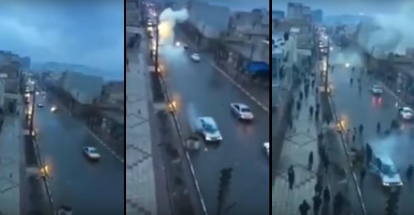 El momento exacto en que un carro fue alcanzado por un rayo
